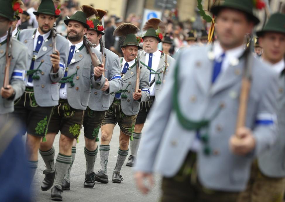 Teilnehmer beim Trachten- und Schützenumzug in München.