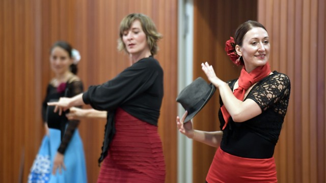 Lange Nacht der Volkshochschulen in Ottobrunn: Im Kubiz in Unterhaching zeigen Flamenco-Tänzerinnen ihr bereits erworbenes Können.