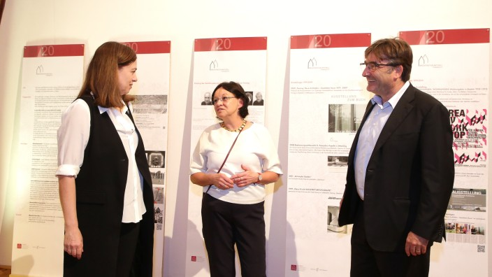 Architektur in Freising: Ingrid Hartert-Müller (Mitte) tauscht sich mit Karlheinz Beer, Vizepräsident der Bayerischen Architektenkammer, und der Freisinger Stadtbaumeisterin Barbara Schelle aus.