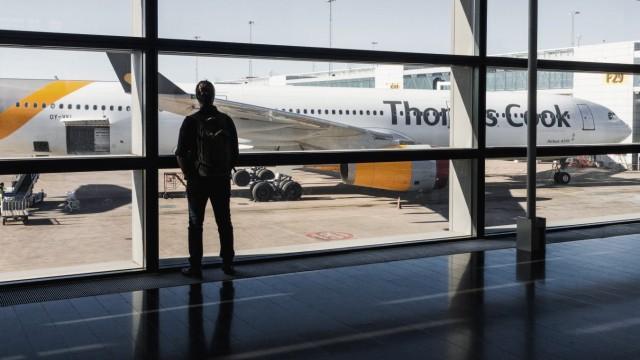28 05 2018 Stockholm Schweden SWE Man betrachtet ein Flugzeug aus dem Terminal heraus *** 28