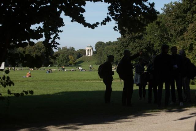MdL Sabine Weigand lädt zu einem Spaziergang durch den Englischen Garten ein. Dabei wird erläutert, warum der Garten ein herausragendes Beispiel der Gartenkunst ist.