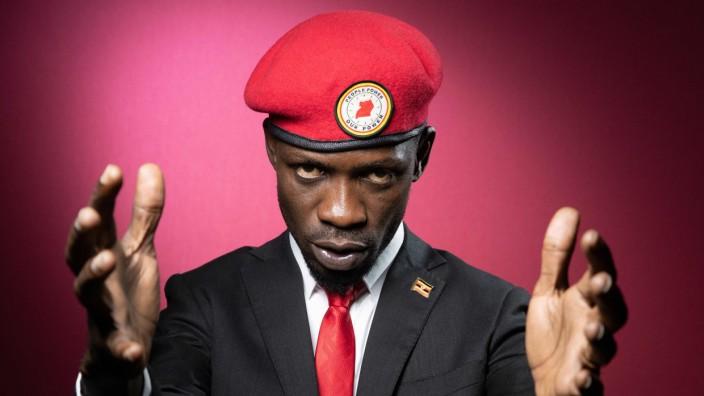 Uganda: Er gibt sich gerne wie ein afrikanischer Rebellenführer und spricht auch viel von Revolution: der Rapper und Politiker Bobi Wine.