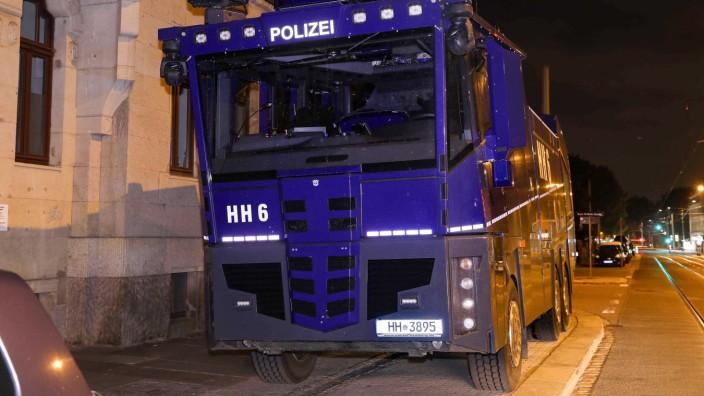 Wasserwerfer der Polizei Hamburg in Dresden