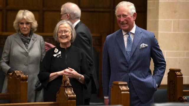 Schmuck als Symbol: Prinz Charles trifft Baroness Brenda Hale mit einer funkelnden Libelle.