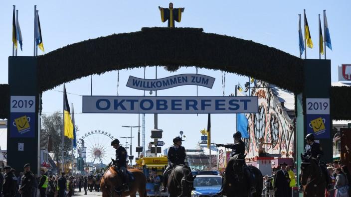 Polizeibeamte auf dem Oktoberfest in München.