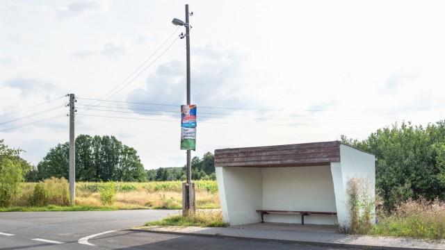 Landtagswahl in Sachsen 2019 Wahlplakate der Parteien AfD und CDU neben einer Bushaltestelle 13 08