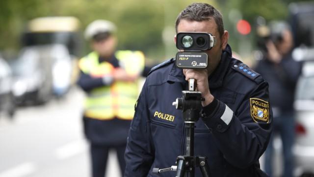 Polizei bei Geschwindigkeitskontrolle vor Schule in München, 2019