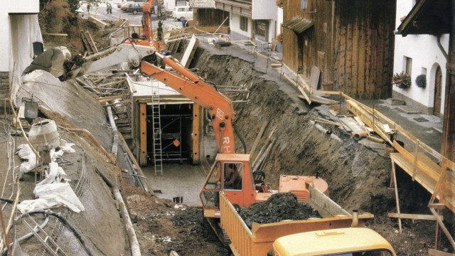 Autofreier Urlaubsort Serfaus: Beim Bau der Bahn in den Achtzigerjahren wurde die Dorfstraße komplett aufgerissen.