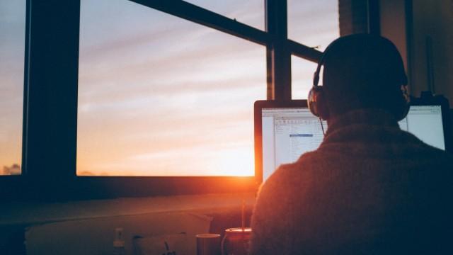 Ein Mann sitzt vor dem Computer.