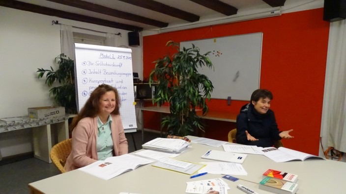 Sozialprojekt: Claudia Neuner-Dietsch (links) und Johanna Greulich (rechts) leiten im oberbayerischen Schongau einen Kurs, in dem Flüchtlinge lernen, was bei der Wohnungssuche wichtig ist.