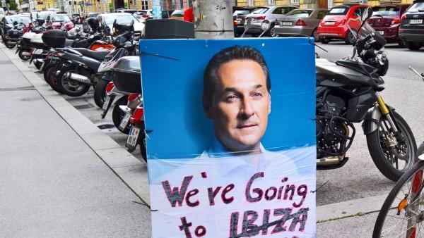Der zurueckgetretene Vizekanzler und FPOe Chef Heinz Christian Strache auf einem Plakat in der Inne