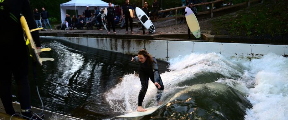 Surfer an der Floßlände in München, 2018
