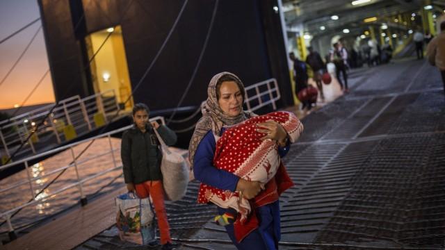 Flüchtlinge und Migranten kommen im Hafen von Piräus an