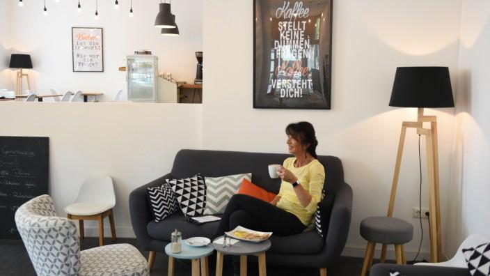 Eine Frau frühstückt im Café Genussmacher in Schwabing
