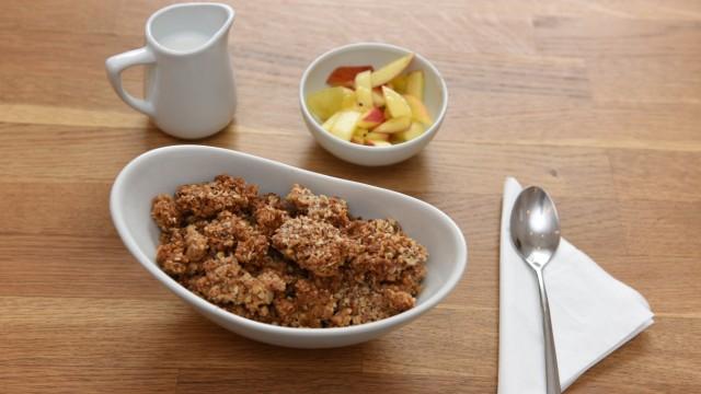 Café Genussmacher: Das Frühstücksangebot ist zwar klein, dafür haben alle Zutaten Bioqualität und die Gerichte sind selbstgemacht. Das gilt auch für den Mandelcrumble mit Obstsalat.