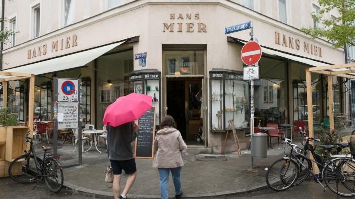 Hausfassaden, die auf frühere und verschwundene Geschäfte, Gaststätten etc. hinweisen, und in denen heute ganz andere Geschäfte zu finden sind.