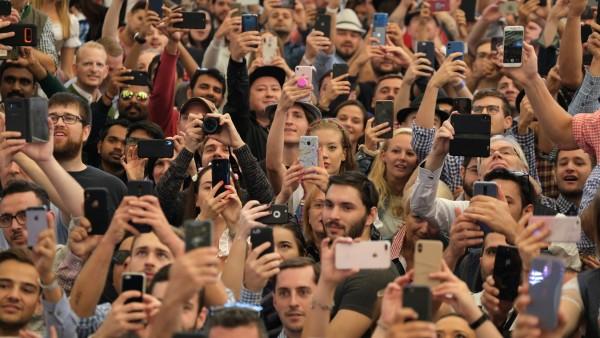 Besucher des Oktoberfests zücken das Handy.