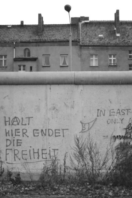 Berlin - Mauer an der Bernauer Strasse, dahinter die Wohnhaeuser von Ost-Berlin; Aufschrift: Halt, hier endet die Freiheit