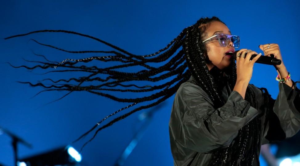 Fokussiert: Die amerikanische Soul-Sängerin H.E.R. tritt beim Rock in Rio auf - wie immer mit Sonnenbrille, schließlich soll es ja um ihre Stimme gehen.
