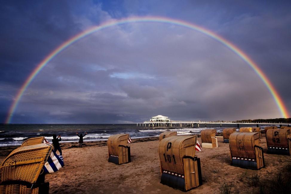 Wie gemalt: Am Timmendorfer Strand umrahmt ein Regenbogen die Ostsee.