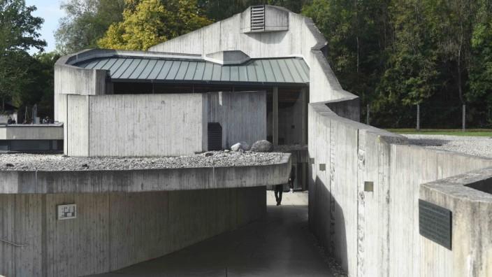 KZ-Gedenkstätte Dachau: Die Versöhnungskirche in Dachau zeigt eine Ausstellung, die auf Gegenwind trifft.