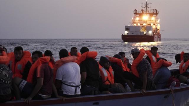 Migranten kurz vor ihrer Rettung durch die Ocean Viking nahe der maltesischen Küste.