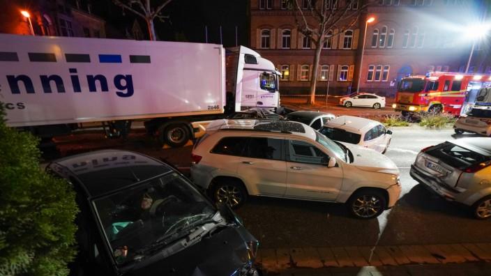Limburg: Ein Lastwagen fährt auf Fahrzeuge auf