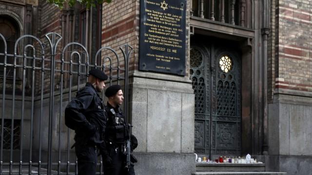 Polizisten vor einer Synagoge in Berlin