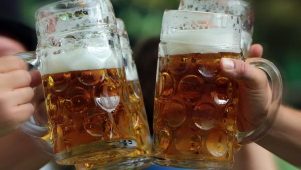 Zuprosten Feier Maßkrug Bier