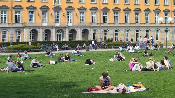 Studienplatz: Sie haben sich schon entschieden: Studierende vor der Rheinischen Friedrich-Wilhelms-Universität in Bonn.