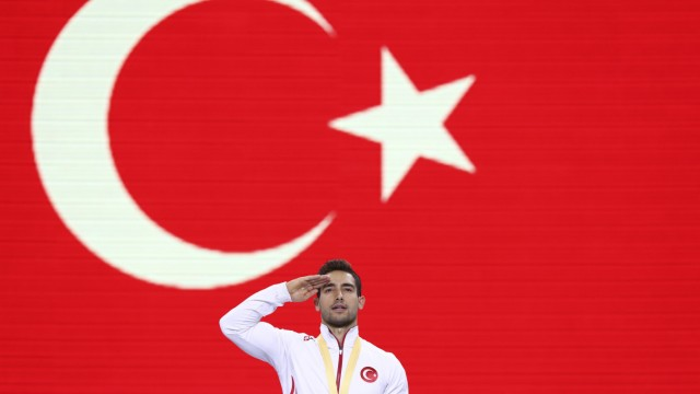 EM-Qualifikation: Gold medalist on the rings Ibrahim Colak of Turkey celebrates on the podium after the men's apparatus finals at the Gymnastics World Championships in Stuttgart, Germany, Saturday, Oct. 12, 2019. (AP Photo/Matthias Schrader)