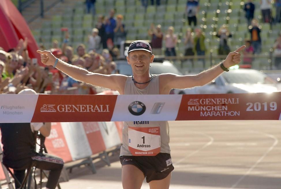 Der Gewinner des München-Marathons 2019: Andreas Straßner passiert die Ziellinie.