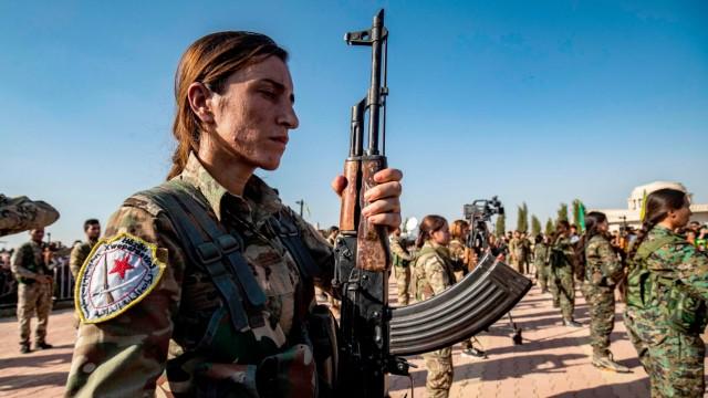 Syrien-Krieg: Kurdische Kämpfer salutieren bei einem Begräbnis