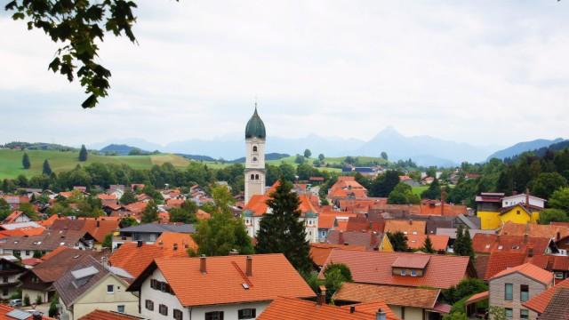 rote Dächer und Kirchturm von Markt Nesselwang im Allgäu in Bayern red roofs and church tower of M