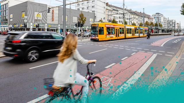 22.09.2019, Bonn, Nordrhein-Westfalen, Deutschland - Strassenkreuzung mit Fahrradfahrern, Fussgaengern, Autos und Strass