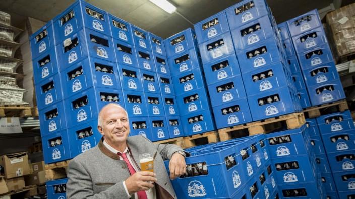 Wirtschaft: Noch steht der Chef des Starnberger Brauhauses, Florian Schuh, in seinem Flaschenlager in Höhenrain.