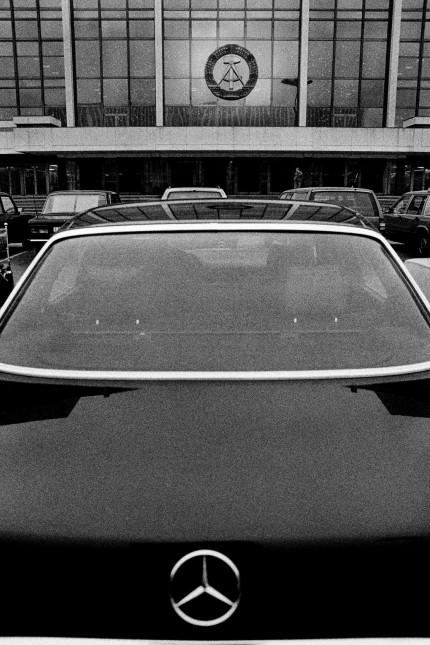 Mercedes vor dem Palast der Republik, 1989; Mauerfall Wiedervereinigung