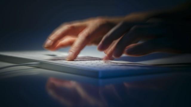 Symbolfoto: Haende schreiben auf einer Computertastatur. Berlin, 28.08.2019. Berlin Deutschland *** Symbol photo Writin