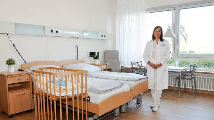 Ebersberg, Kreisklinik, Krankenhaus, Klinik, Chefärztin Dr. Helen Budiman zeigt eines der drei neuen Familienzimmer auf der Frauenstation.