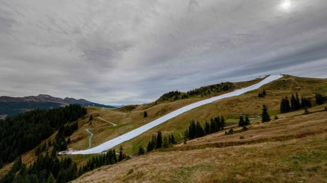 Saisonstart in Kitzbühel: Kein Kunstschnee, sondern der eingelagerte Schnee vom vergangenen Winter.