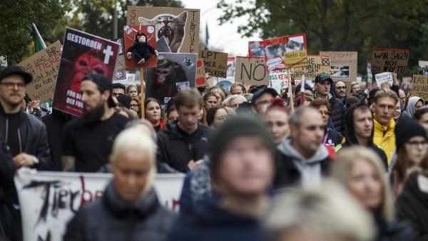 Demonstration gegen Tierversuche in Hamburg Laut Polizei demonstrierten am 19.10.2019 7300 Menschen in Hamburg-Neugraben
