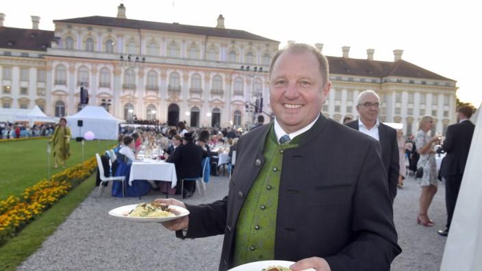Freie Wähler: Koch oder Kellner? Für den zweiten Gang im parteiinternen Machtkampf ist alles angerichtet: Landratsstellvertreter Otto Bußjäger beim Empfang des Landtags vor Schloss Schleißheim.