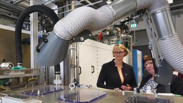 Karliczek besucht Forschungsinstitut ZSW in Ulm