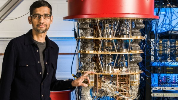 Google-Chef Sundar Pichai mit einem Quantencomputer