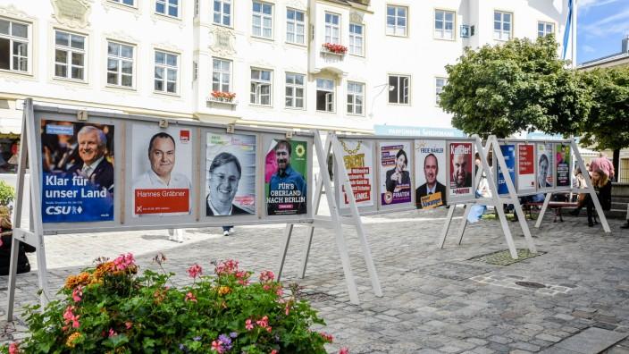 Streit um Plakate in Penzberg: In der Marktstraße von Bad Tölz waren für die Bundestagswahl 2017 eigene Plakatständer aufgestellt. Und auch in Penzberg wollen die Lokalpolitiker nun die Zahl der Ständer erhöhen.