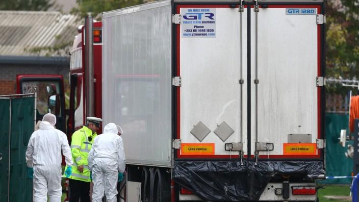 Essex: Polizisten beim LKW, in dem 39 Leichen gefunden wurden