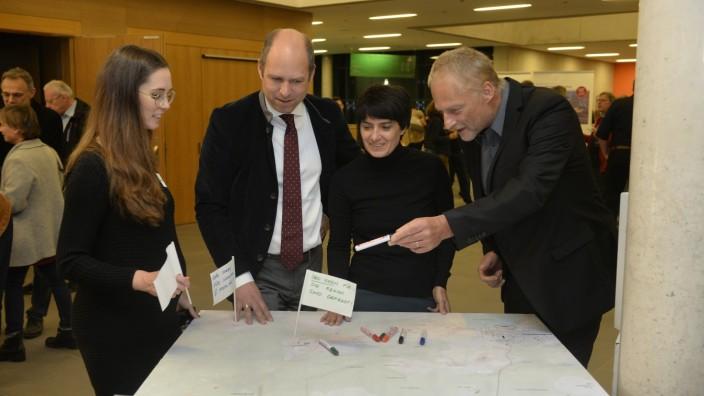Planegg: Gute Ideen gesucht (von li.): Katharina Reichel vom Regionalmanagement und die Referenten Daniel Schreyer, Natalie Schaller sowie Gerd Kleiber im Bemühen um effektivem Bürgerdialog.