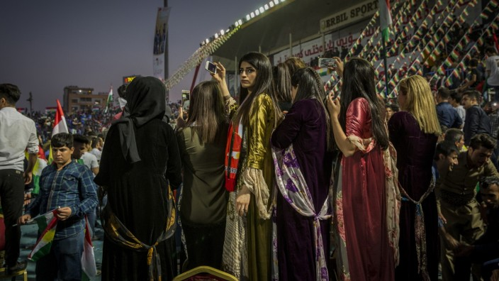 Die Kurden und ihre Konflikte: Kurden haben sich in einem Fußballstadion in der irakischen Stadt Erbil versammelt für eine Kundgebung, auf der sie ein Referendum für einen unabhängigen Staat fordern.