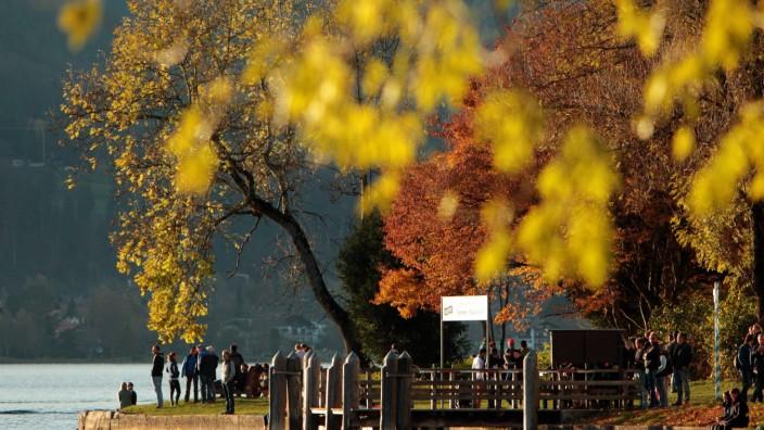 Touristen und Einheimische genießen die Nachmittagssonne bei schönstem Herbstwetter am Ufer des Tege