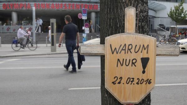 München 22 Juli 2017 Der Amoklauf am Olympia Einkaufszentrum am 22 Juli 2016 hat München tief ers
